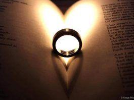 Libro de poesía con anillos de boda