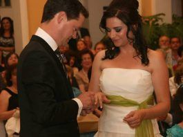 Poniendo los anillos de boda