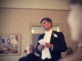 Invitado haciendo su discurso para bodas
