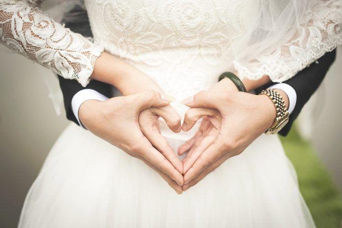 Una corazón con las manos para una boda original