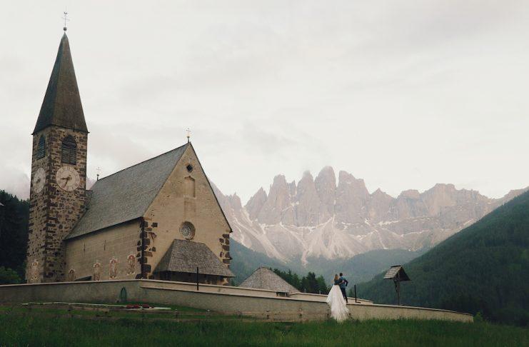 Pareja ante la iglesia donde van a casarse