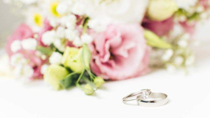 Anillo de compromiso y alianza de boda